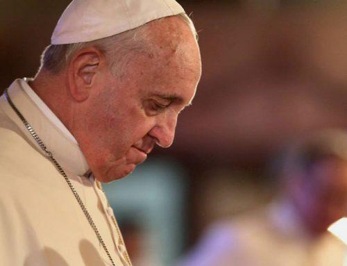 Papież obmył nogi 12 więźniom